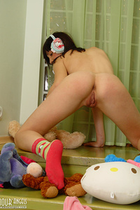 Brunette blister often spends many hours posing nude at home and enjoying each second of doing it.